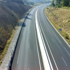 Autor: Adrián Fernández García (http://www.flickr.com/photos/adrian-deejay/) Descripción del autor: Photo of highway AP-53, the less used in Spain, because of its expensive toll. Licencia de uso: http://creativecommons.org/licenses/by-nc-sa/2.0/