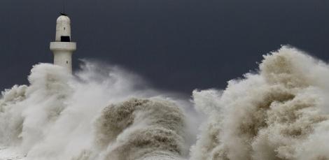 2-lighthouse-massive-waves-1024x768
