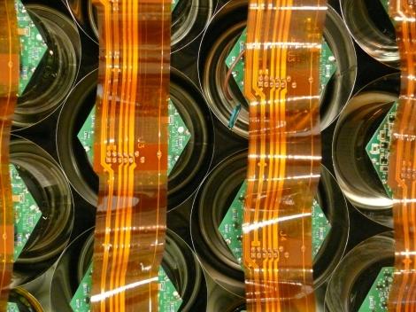 Disposición de los detectores y los cables planos que transportan las señales de los fotomultiplicadores en el cabezal de una gammacámara