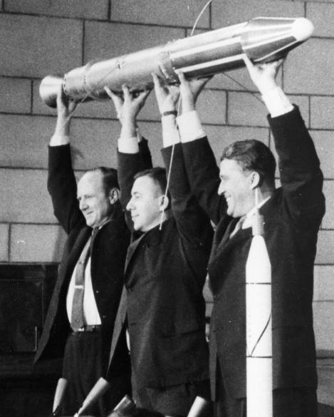 James Van Allen (en el centro) mostrando la maqueta del primer satélite puesto en órbita por EE.UU. en 1958 (Explorer I). Fuente: http://www.nasa.gov/vision/universe/features/james_van_allen.html