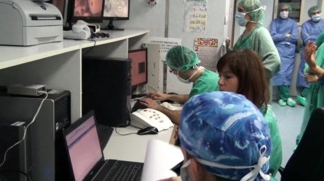 Puesto de control del acelerador lineal, la Dra. Bouché entrega la prescripción del tratamiento de RTIO al Dr. López que realiza los cálculos de las unidades de monitor para que el Sr. Moreno administre definitivamente el tratamiento