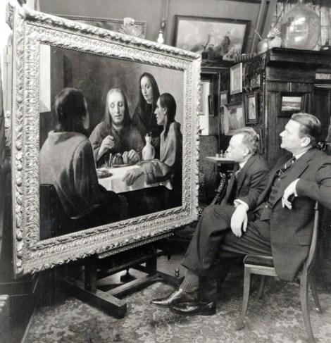 Dirk Hannema, director del Museum Boymans (a la derecha) y su conservador jefe, admirando en 1938 su flamante adquisición de un soberbio Vermeer temprano. No lo era. (Fuente: http://accademiadegliincerti.wordpress.com/)