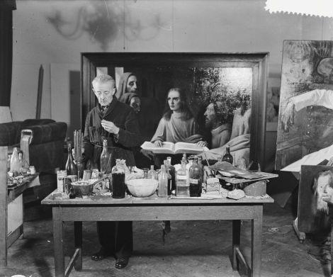 """Van Meegeren, en 1945, con su """"Jesús entre los Doctores"""", tras poner en práctica su mezcla de ciencia (sólo hay que mirar a la mesa) y arte (sólo hay que mirar el cuadro) (Fuente: http://accademiadegliincerti.wordpress.com/)"""