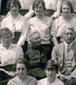 "Edith Stoney (centro) en 1921 en el ""King´s College for Women"" de Londres"