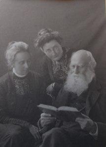 Edith y Florence con su padre, Johnstone Stoney