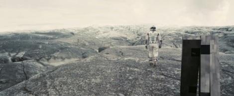 Cooper y el robot Tars sobre el planeta de Mann. Fuente: interstellar-movie.com.