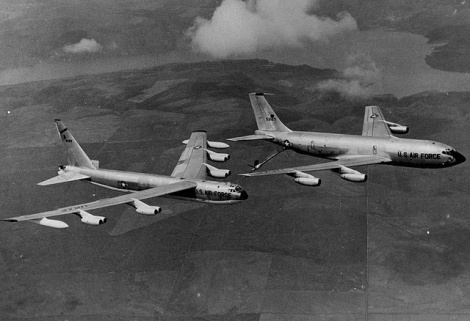 Bombardero B-52 y avión nodriza KC-135 en una maniobra de repostaje en vuelo.