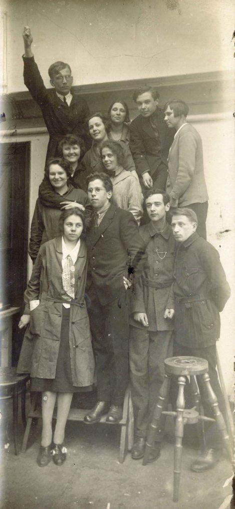 Gamow, Ivanenko (los dos de arriba) y Landau (el segundo por la derecha de abajo) junto con otros compañeros en la Universidad de Leningrado en 1926