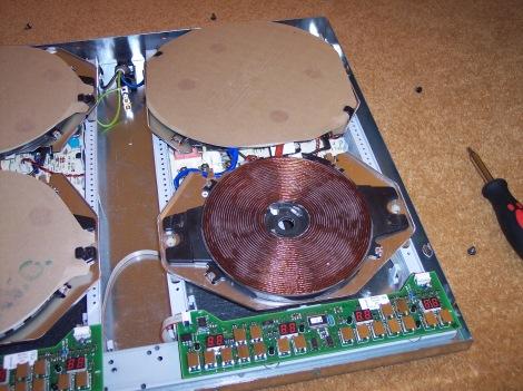 Interior de una placa vitrocerámica en la que se aprecia la bobina en la que se genera el campo magnético de alta frecuencia.