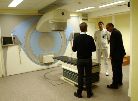Advan Drljevic y Crister Ceberg dialogan con Semir Fazlic, el joven jefe de radiofísica dle hospital de Tuzla durante la primera visita de auditoría a los servicios de radioterapia y radiofísica de nueva creación.