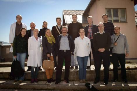 """Algunos de los radiofísicos Bosnios durante uno de los cursos realizados, junto a los profesores Crister Ceberg, de Suecia, y yo mismo. En primera fila, primero por la derecha, Advan Drljevic, coordinador y """"alma mater"""" de esta colaboración."""