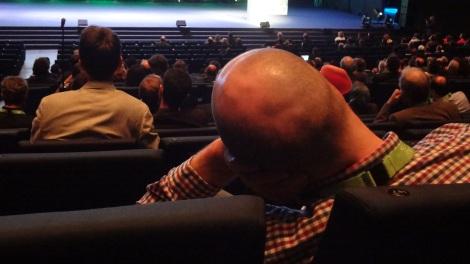 La fatiga se hace presente en las charlas del auditorio