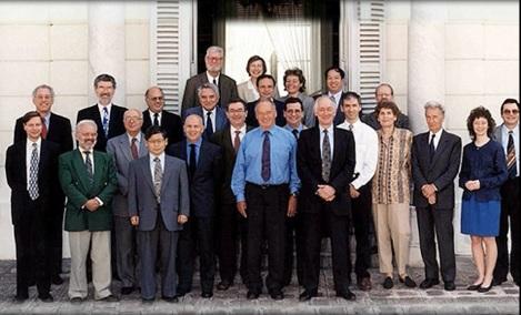 "El ""Pleno de la sección 1ª del CCEMRI (Consultative Committee for Standards of Measurement of Ionizing Radiations) a la puerta del pabellón de Bréteuil."