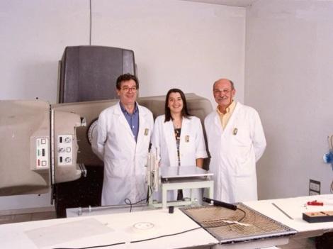 Ana González Leitón, el desaparecido Miguel Fernández Mayoralas y yo, junto a la unidad de Cobalto de nuestro laboratorio.