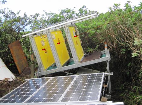Figura 3. Instalación de un detector de muones con tres planos de 1 m2 cada uno. En la jerga, son denominados telescopios. Cortesía Larry Joe Schultz.