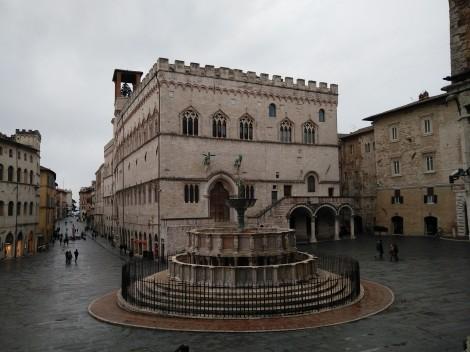 Piazza IV Novembre con la fontana maggiore y el Palazzo dei Priori que alberga la a Galería Nacional de Umbría.