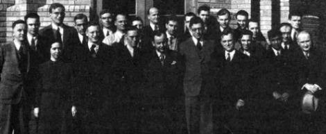 La conferencia en Washington, 1938, reunió físicos y astrónomos y los dos campos se inspiraron mutuamente en la reunión interdisciplinaria. En la fotografía aparecen George Gamow, Donald H. Menzel, Hans A. Bethe, Edward Teller y el Premio Nobel Subrahmanyan Chandrasekhar entre otros. (Fuente: Niels Bohr Instintute).